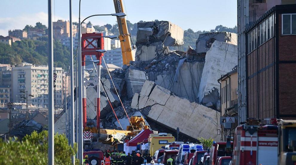 Последна надежда: Спасителите неуморно търсят оцелели под отломките от...