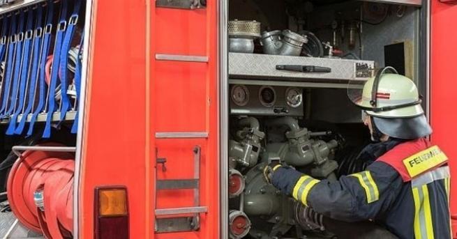 Пожарникари пострадаха, след като техен автомобил пропадна в дере край