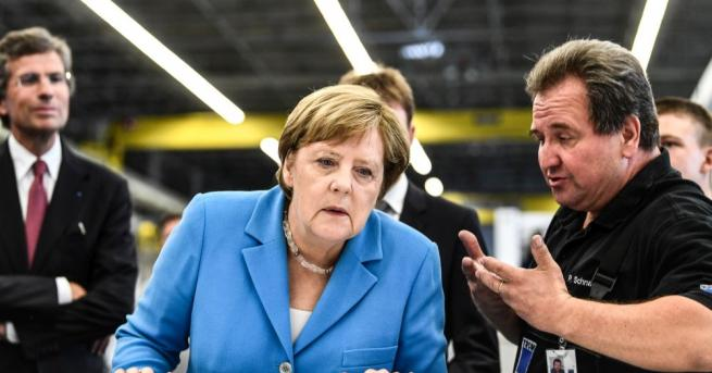 Стотици крайнодесни протестиращи призоваха германската канцлерка Ангела Меркел да подаде