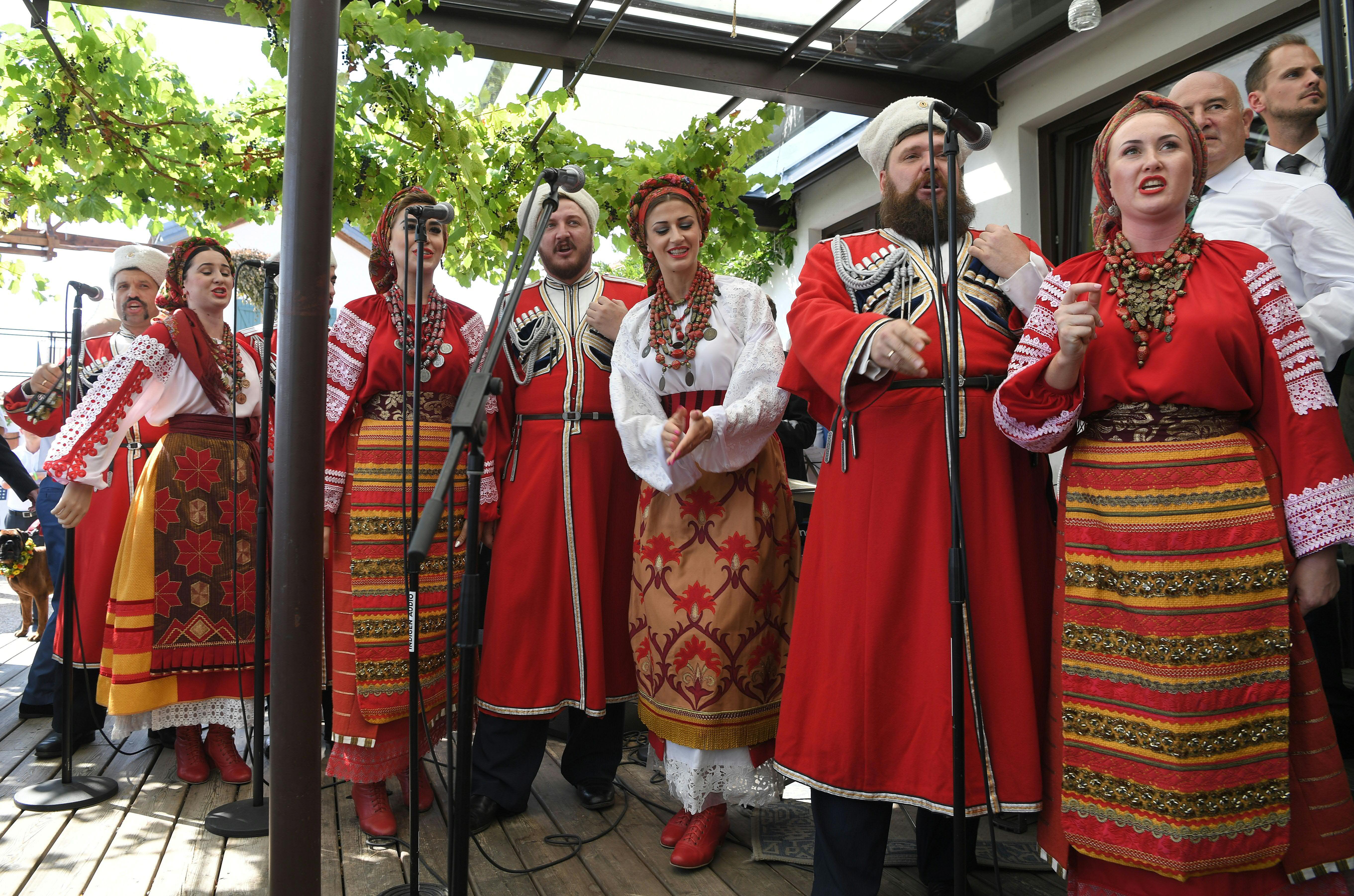 Според съобщения на австрийски и германски медии, позоваващи се на дипломатически източници, именно изпълнението на казашкия ансамбъл ще бъде сватбеният подарък на руския президент за младоженците.