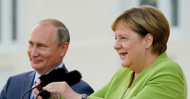 Германският канцлер Ангела Меркел разговаря по телефона с руския президент