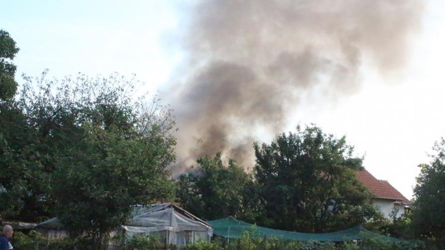 Пожар избухна и унищожи напълно къща в Казанлък