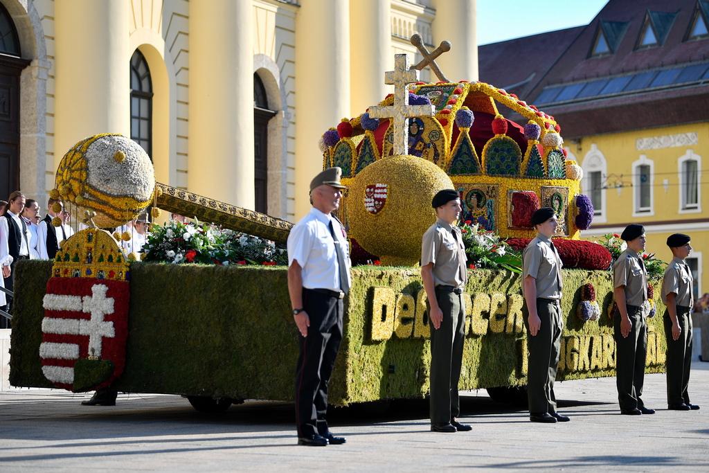 Всяка година изпълненията на участниците и обсипаните с цветя композиции се оценяват от посетителите и от почти два милиона зрители на излъчвано на живо предаване по унгарската телевизия точно за празника на Свети Стефан I Унгарски или Ищван Свети, първи крал и основател на кралство Унгария