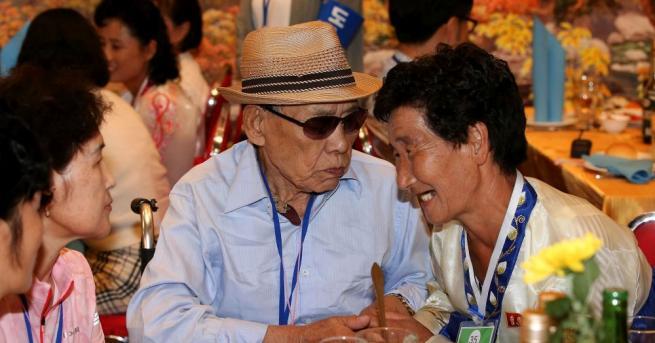 Няколко десетки южнокорейци, все хора в напреднала възраст, преминаха