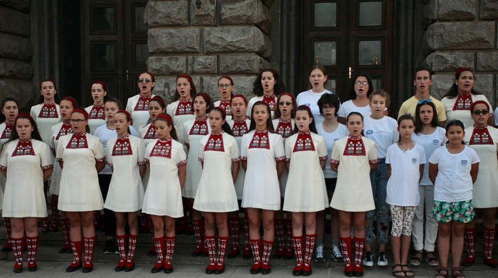 Детският радиохор с протестен концерт пред МС, Борисов загрижен за децата