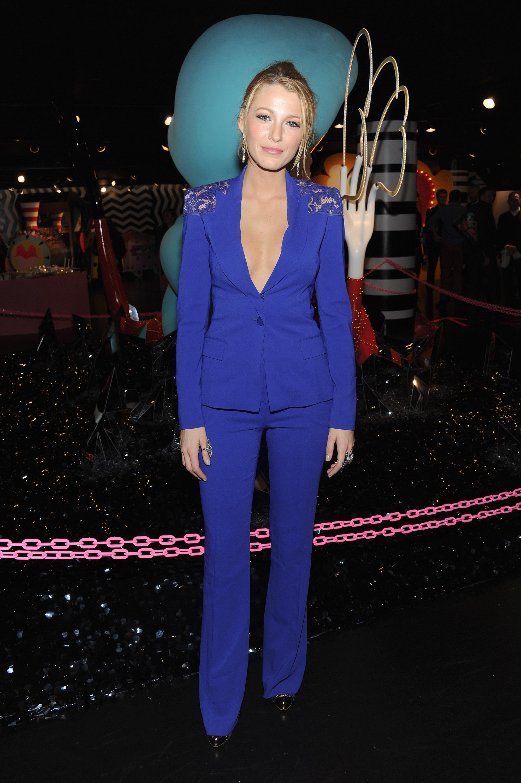"""Няма да видите Лайвли с тежък грим, изкрящ лак по ноктите или нестандартна прическа в стил Ники Минаж. Съпругата на звездата от """"Дедпул"""" Райън Рейнолдс винаги показва вкус към модата и баланс във визията си. А запазената ѝ марка е костюмът."""