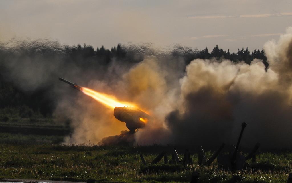 """Системи за залпов огън ТОС-1 """"Буратино"""". С един залп ТОС-1 можа напълно да унищожи район с площ 200 на 400 м, като мигновено да превърне """"няколко квартала в тлеещи руини"""" Машината е създадена на базата на танка Т-72. Тя има пакет от 30 насочващи се тръби с калибър 220 мм. Върху противника само за няколко секунди може да се изсипе огнен ураган – ракети с термобарична смес. Термобаричният заряд, съдържащ се във всеки снаряд, създава облак """"смес-въздух"""", който се взривява, създавайки допълнително налягане и температура от около 3 хил. градуса, изгаряйки в околното пространство целия кислород и при това рязко намалява налягането."""