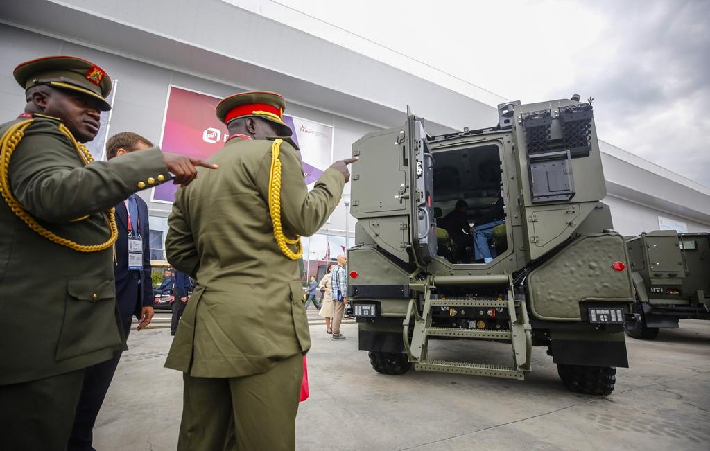 """Бронирания автомобил """"Тайфун ВДВ"""" с инсталиран дистанционно управляем боен модул БМ-30-Д с 30-мм автомат 2А42, сдвоен със 7,62-мм картечница ПКТМ. Амунициите включват 2 ленти с 300 патрона за автомата и една касета с 1200 патрона за картечницата. Като помощно оръжие на модула БМ-30-Д има 6 димни гранатомета за установяване на аерозолни завеси. Масата на модула е 1100 килограма."""