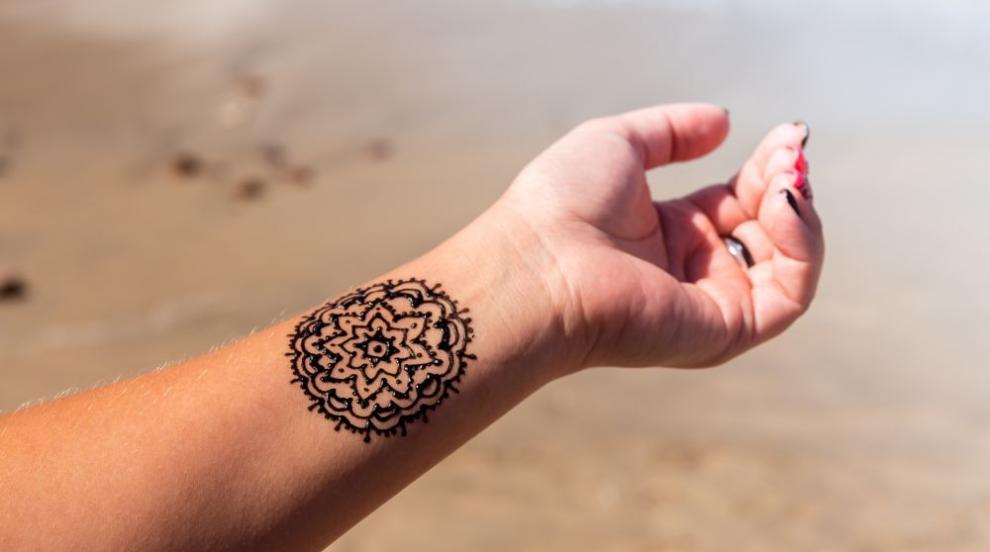 Младежи се оплакват от последствия след татуировки с къна на морето