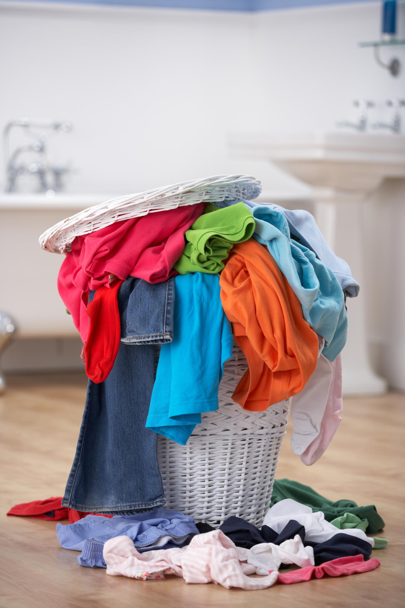 Кош за пране - той не само заема много място в малката баня, но и създава усещане за хаус и неподреденост, особено когато е пълен. Може да го скриете в някой пригоден за това шкаф под мивката, или да го преместите в мокрото помещение до пералнята ви, например, ако имате такова.