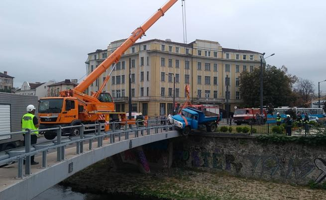 Камион надвисна над реката при Лъвов мост (СНИМКИ/ВИДЕО)