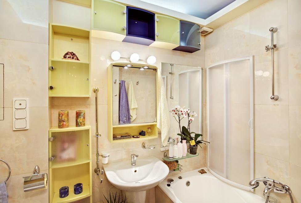 - Почистване и дезинфекция на бани и тоалетни