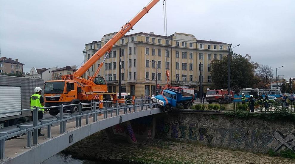 Камион надвисна над Владайска река в центъра на София (ВИДЕО/СНИМКИ)