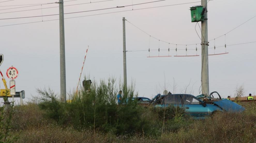 Два влака удариха кола на прелез, един човек е загинал (СНИМКИ)