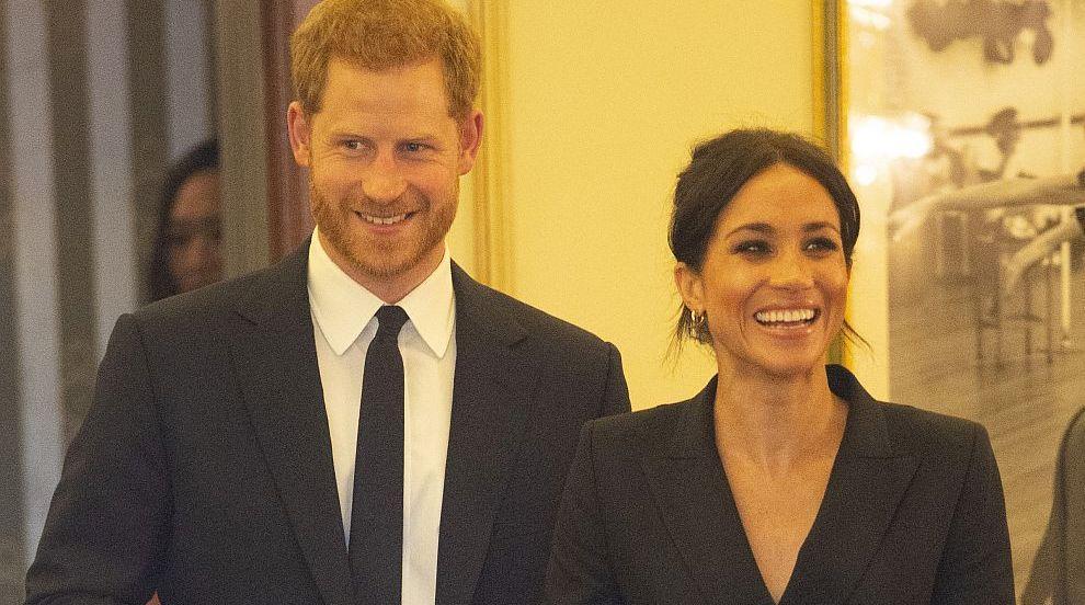 Нетипични кралски особи: Меган с рокля над коляното, Хари пя You'll Be Back...
