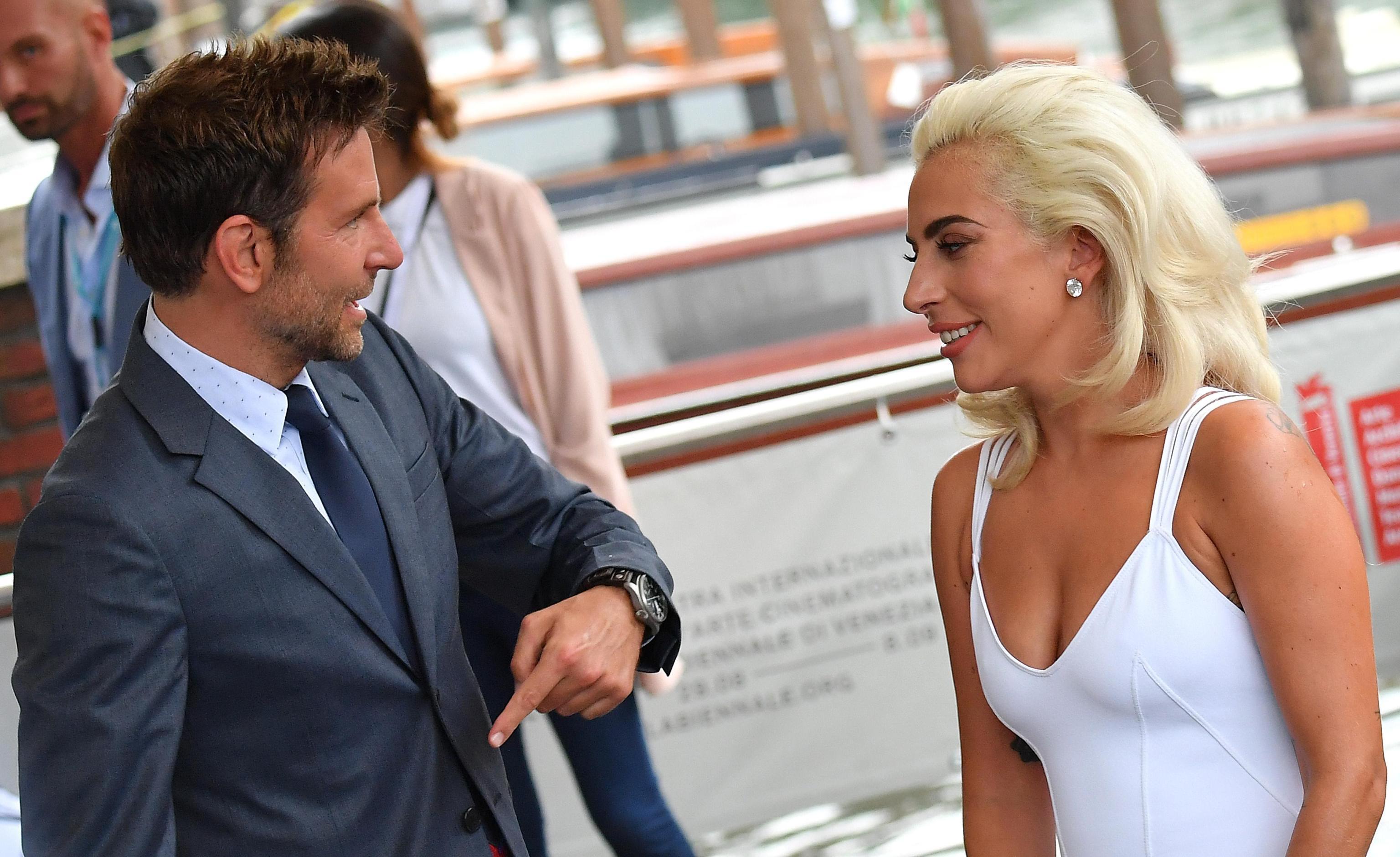 """Извън конкурсната програма на венецианската Мостра днес се представя филмът """"Роди се звезда"""". Това е световна премиера на продукцията, която е режисьорски дебют за актьора Брадли Купър и актьорски дебют за Лейди Гага. По екраните в САЩ тя ще излезе на 5 октомври. На прожекцията на филма Гага се появи под ръка с Купър, облечена с елегантна рокля в бяло. """"Роди се звезда"""" разказва историята за паралелен възход и падение на музикални изпълнители, обвързани в любовна история."""