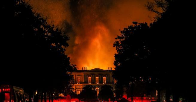 Огромният пожар, който избухна в Националния музей на Бразилия в