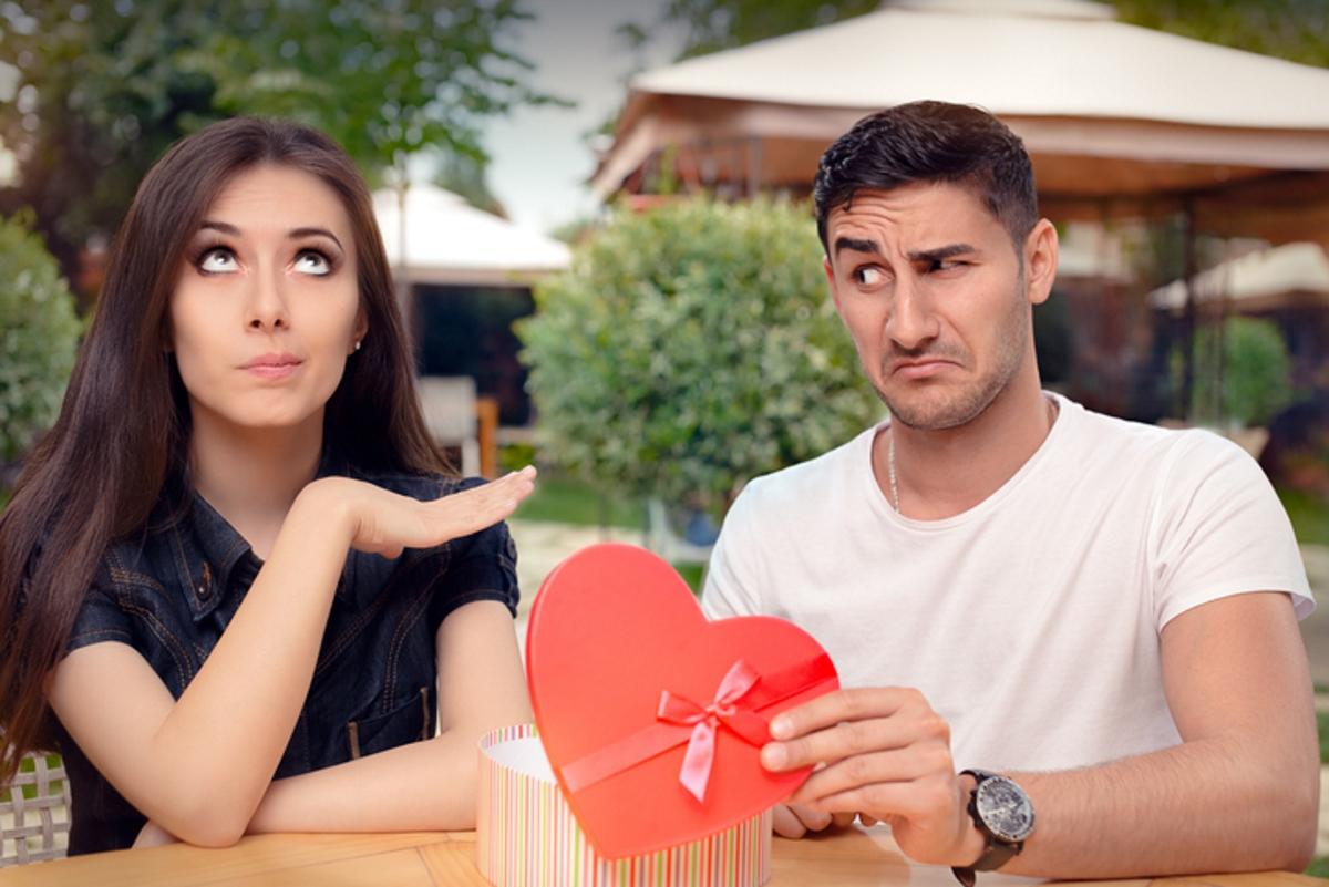 """""""Нали ти подарих... защо се сърдиш"""". Емоционалните манипулатори, които се извиняват за постъпките си със скъпи подаръци смятат, че след като дават материален комфорт, могат да си позволяват да нараняват. Само че трябва да им бъде обяснено - че да купиш нещо за някого си е твой избор. А да се грижиш за емоционалното зсраве на партньора си - съвсем друго и първото не компенсира второто."""