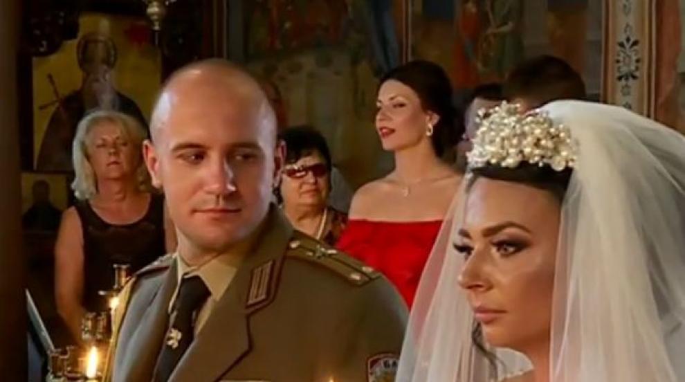 Офицерска сватба: Традиционна венчавка под шпалир от саби в Стария Пловдив...