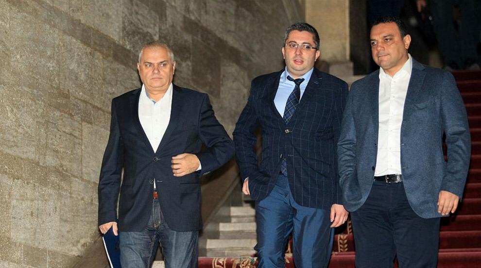 Депутатите гласуват оставките и назначенията на трима министри