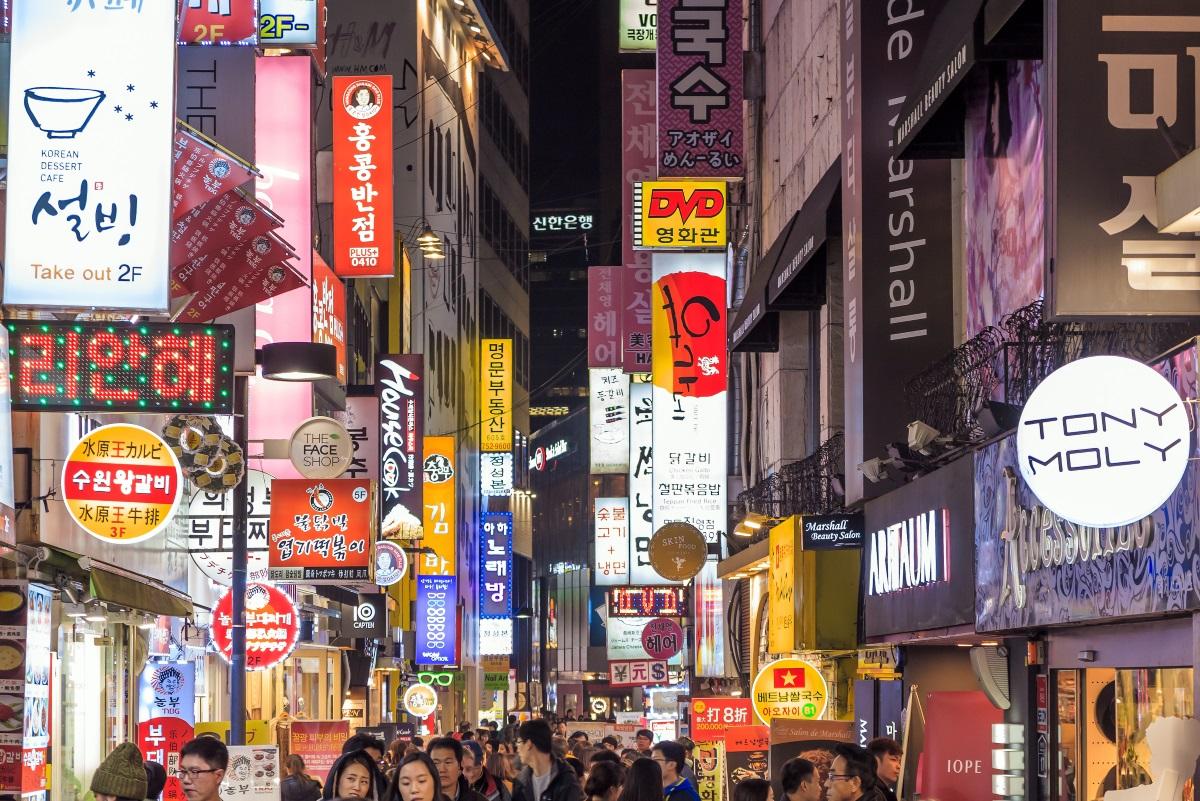 4. Сеул - има изобилие от неща, които могат да се правят в този град и не включват пиене. Например нощно пазаруване. В Сеул някои хипермаркети работят само в късните часове на деня и затварят в 5 сутринта. В тях се продава всичко, което може да си представите - от дрехи до кухненски уреди. Корея е известна и с уличната храна. Не е необичайно да се разхождате в 1 през нощта спикантни оризови торти в едната ръка и с калмари в другата.