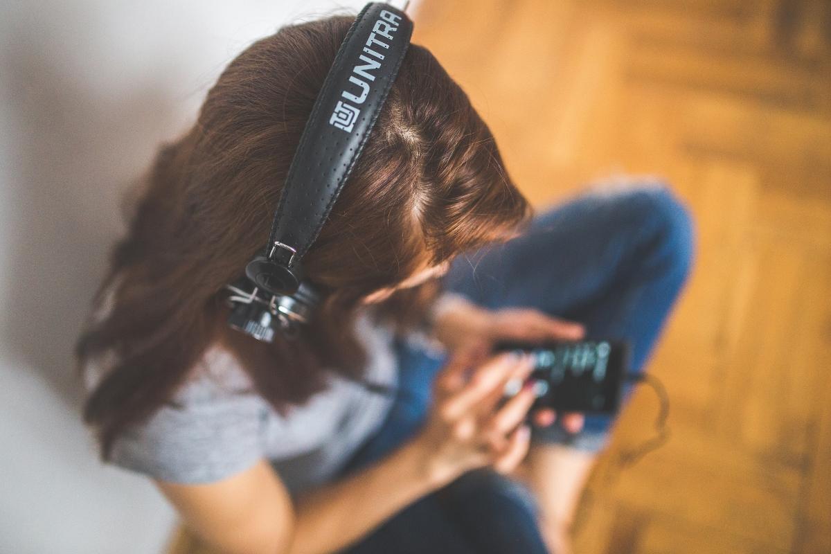 Започнете да слушате музика.