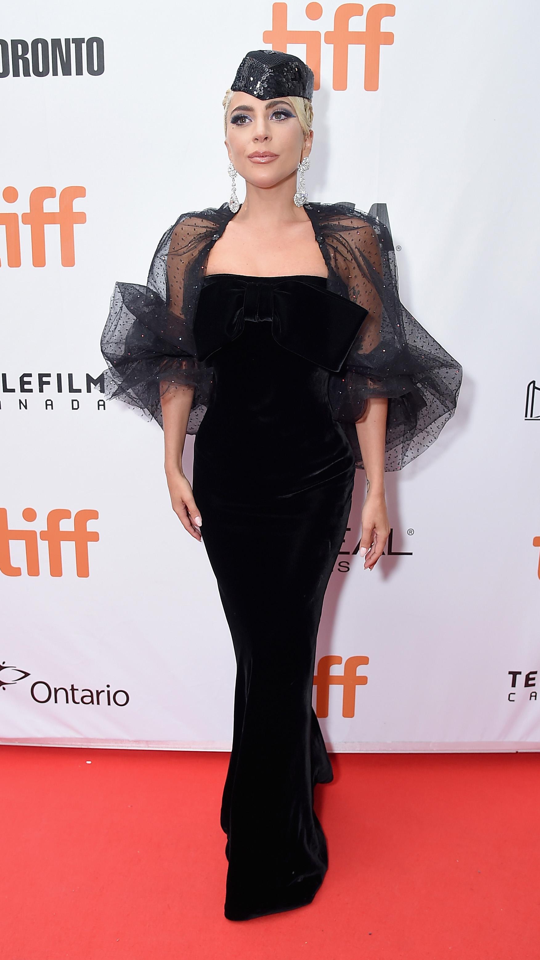 """Прожекцията на римейка """"Роди се звезда"""" с участието на певицата Лейди Гага предизвика възторжените отзиви на публика и критика на кинофестивала в Торонто, съобщава Асошиейтед прес.<br /> Реакцията на романтичната сага, която е режисьорски дебют на актьора Брадли Купър, беше забележителна и на кинофеста се зароди истинска мания около лентата. Критиците се похвалиха, че са се просълзили, а феновете, на излизане от киносалоните, възхваляваха """"славното"""" и """"възхитително"""" изпълнение на Лейди Гага."""
