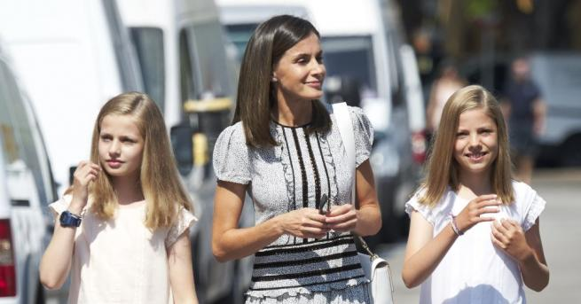 Испанската кралица Летисия заведе двете си дъщери Леонор и София