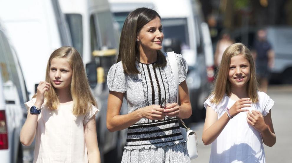 Кралица Летисия заведе двете си дъщери на училище (СНИМКИ)