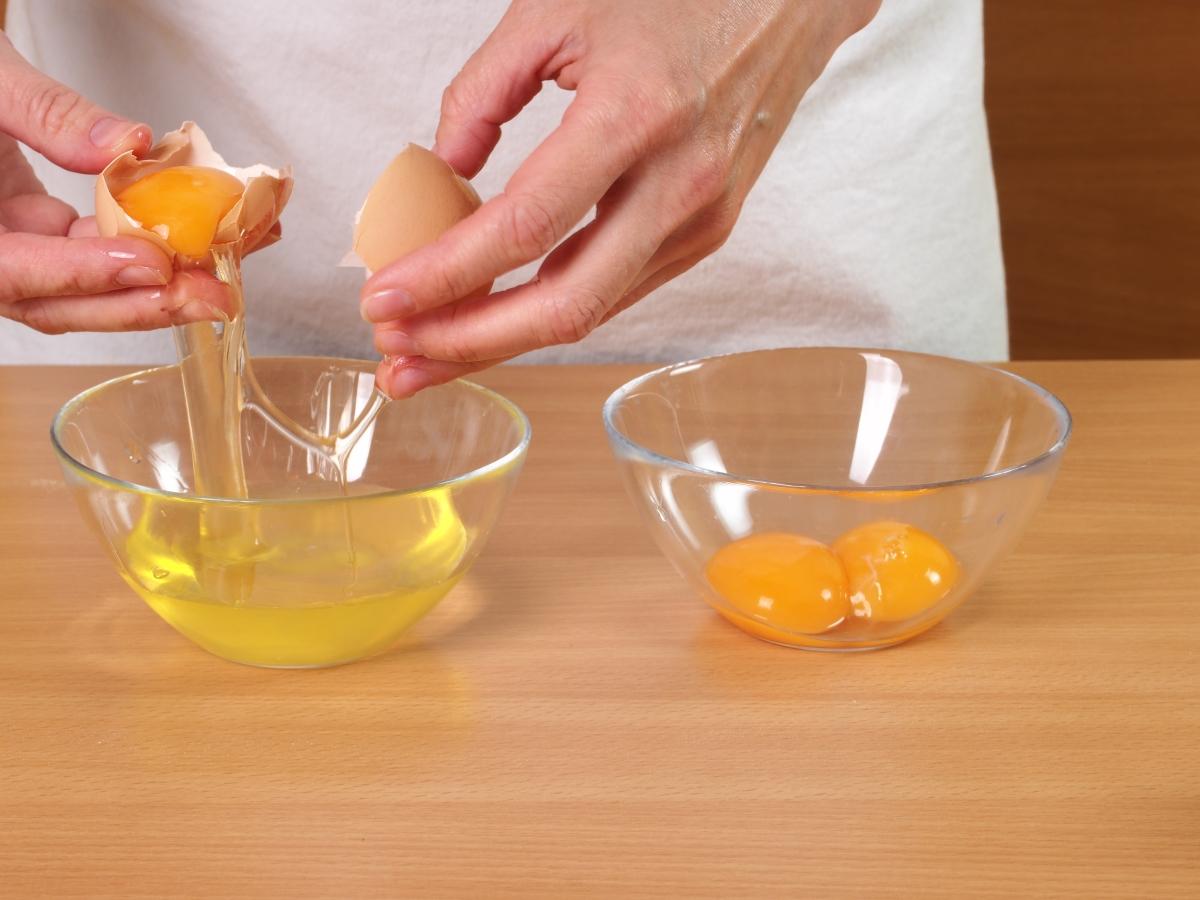 Яйчен белтък. Той ни помага да извличаме необходимото количество витамини А и В от другите храни, а същевременно с това, не съдържа мазнини. Именно затова скоро след като ядем омлет отново сме гладни.