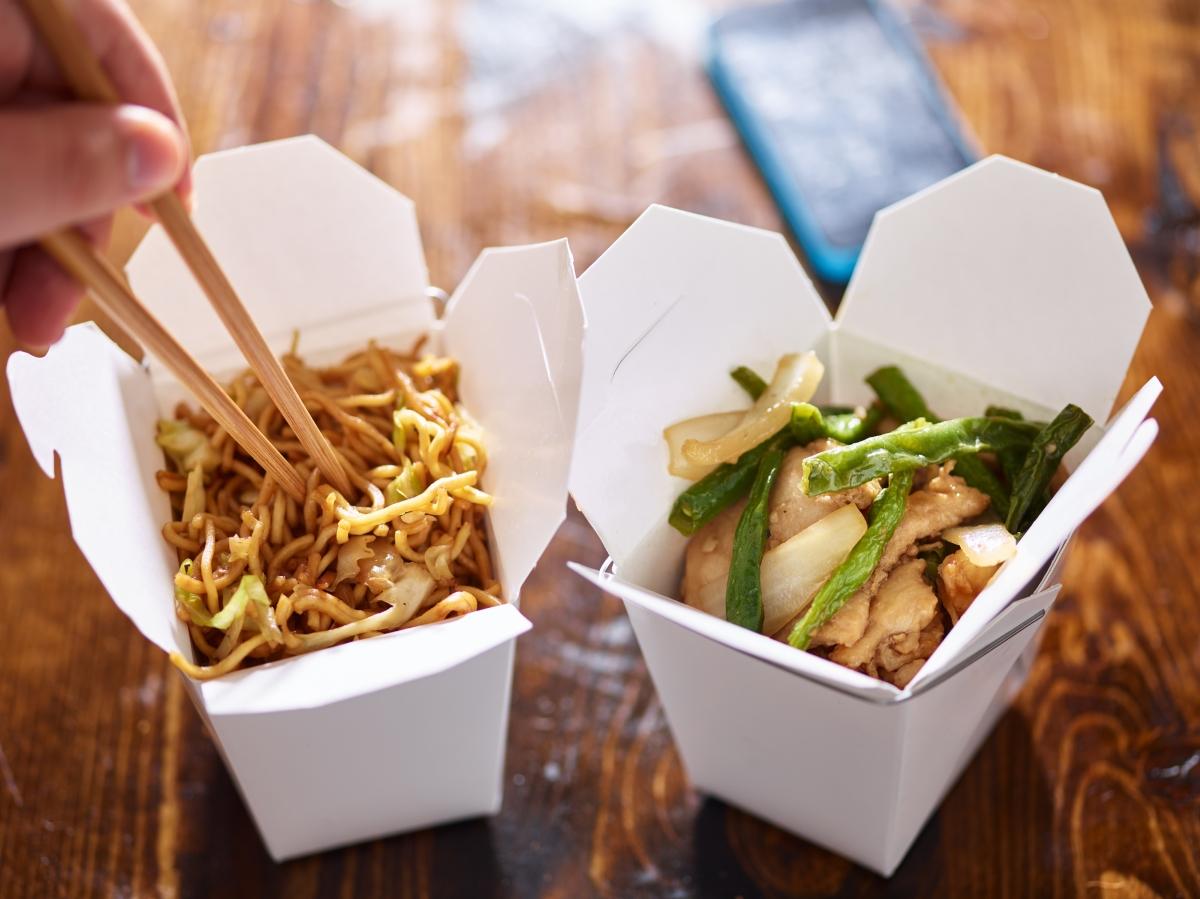 Китайската храна. Сосовете в нея съдържат мононатриев глутамат, съставка, която може да се открие в много полуфабрикати и вредни храни. Като овкусител, тя подобрява вкусовите качества на храната, но ни кара да искаме да я консумираме отново. Така че, изобщо не се учудвайте, ако след като сте свършили с порцията, да искате още и да сте още гладни.