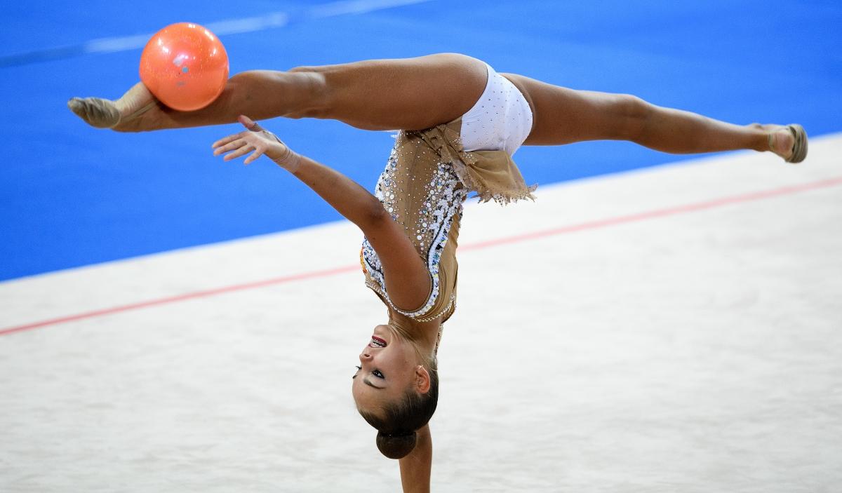 Арина Аверина по време на съчетания с топка и лента