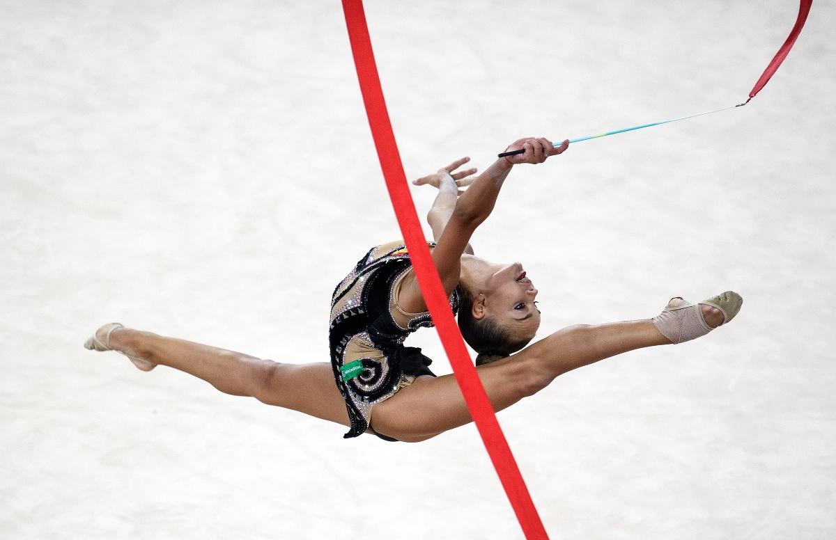 Дина Аверина по време на съчетание с топка и лента.