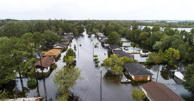 Проливните дъждове, донесени от тропическата буря Флорънс, продължават да се