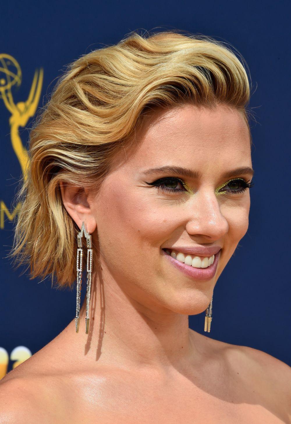 Актрисата носеше обеци, украсени с диаманти