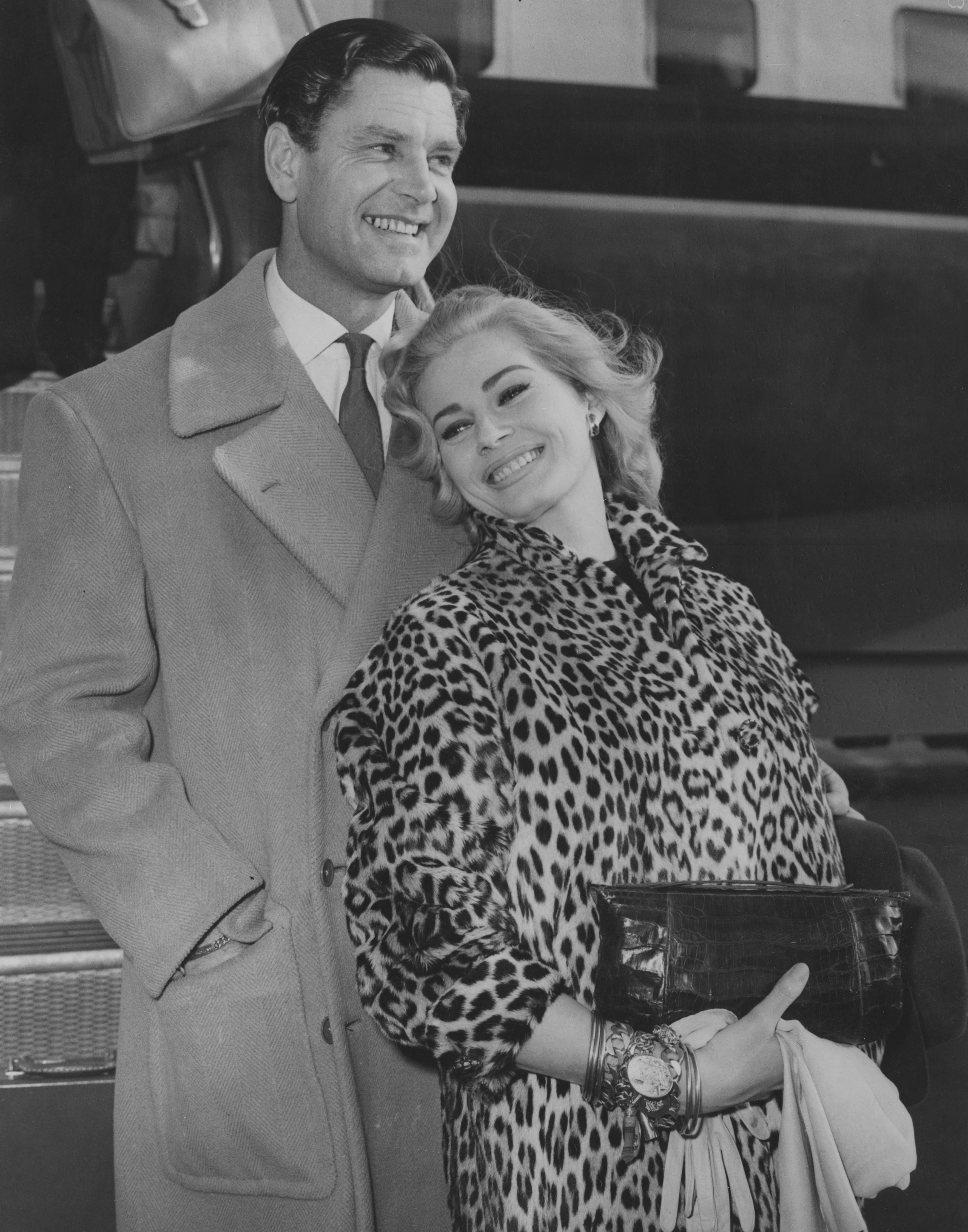 """Вторият филм на младата актриса е Abbott and Costello Go to Mars(1953), в който Анита есъблазнителнаобитателка, живееща наВенера. В тези години набираща сила в актьорските среди има и друга легендарна жена - Мерилин Монро.<br /> Макар и сериозна конкуренция, Анита успява да спечели първата си значима филмова награда (""""Златен глобус"""") през 1955 г.за ролята си на китайката Ву Линг във филма """"Кървавата алея"""" от1955г."""