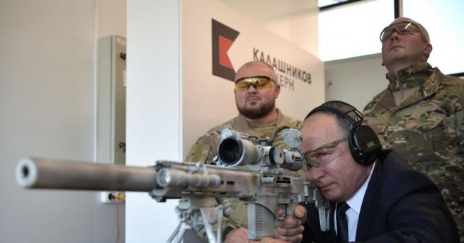Владимир Путин разгледа днес галерията за снайперистка стрелба в стрелковия