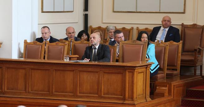 В Народното събрание продължават дебатите по персоналните промени в правителството.