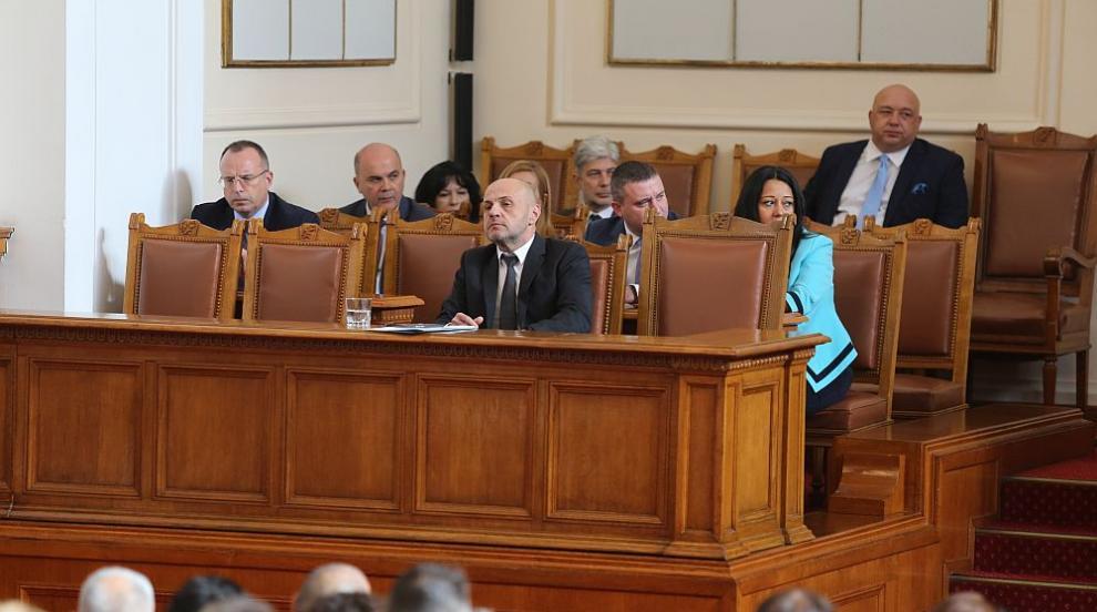 Дебатите в НС за кадровите промени в правителството продължават