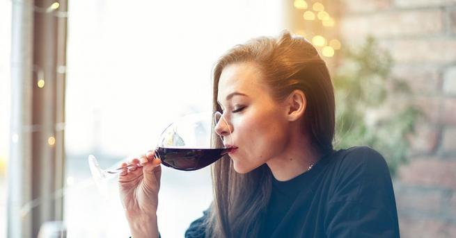 Вероятно сте забелязали, че когато някои хора пият алкохол, се