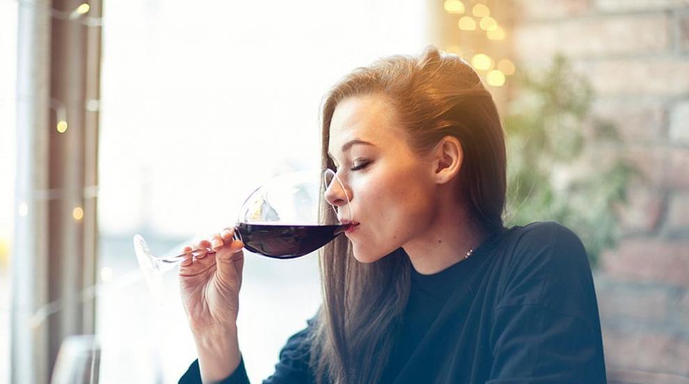 Защо някои хора се зачервяват, когато пият алкохол? (ВИДЕО)
