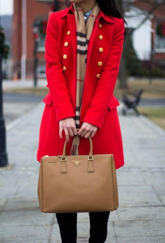 Смели палта -В ярки цветове, пухкави, от велур - изберете тренч, който да се отличава. И в никакъв случай не залагайте на черното! Бъдете цветни в цветната есен.