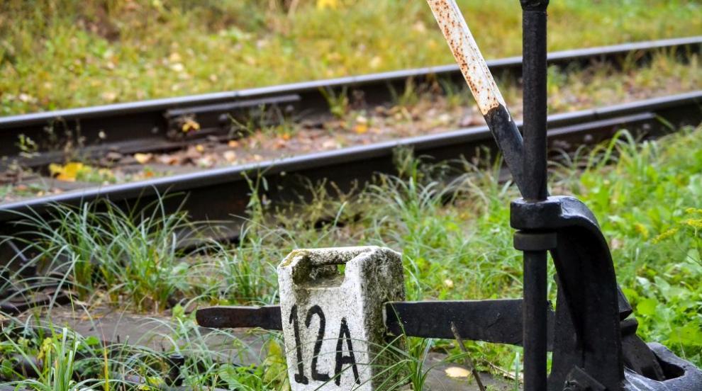 Учителките, пренебрегнали свалените жп бариери, не видели идващия влак