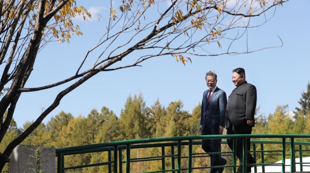 Романтичната разходка на Ким и Мун до свещения връх Пекту (ВИДЕО/СНИМКИ)
