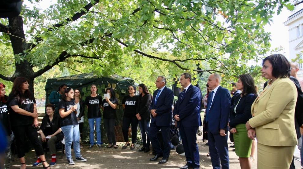 Депутатите не уважиха поканата на протестиращите майки за разговори