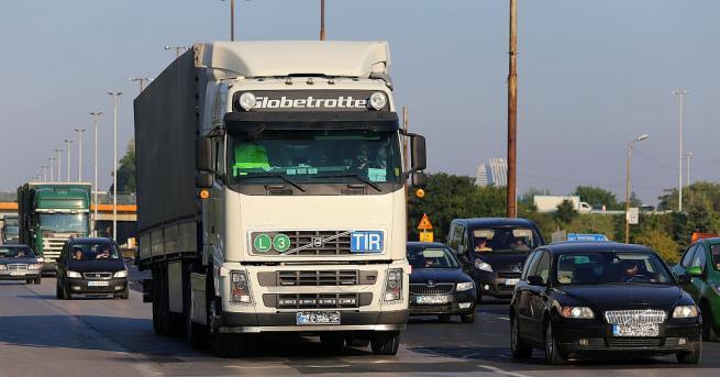 Интензивен трафик в съботния ден по основни пътни направления. От