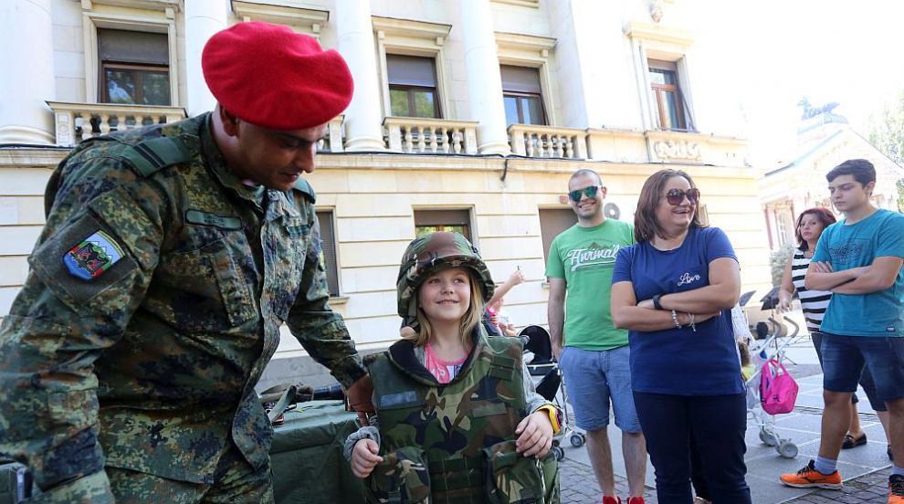 Армията ни представи бойна техника и въоръжение (СНИМКИ)