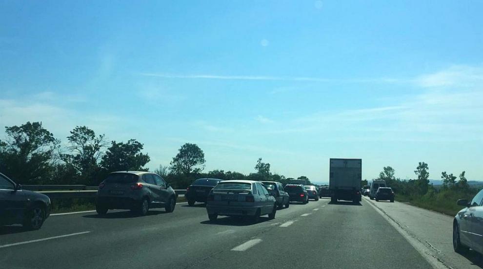 Задръствания изнервиха шофьорите по пътищата в празничния ден (ВИДЕО)