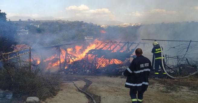 Плевня със сено изгоря в село над Благоевград, предаде БГНЕС.