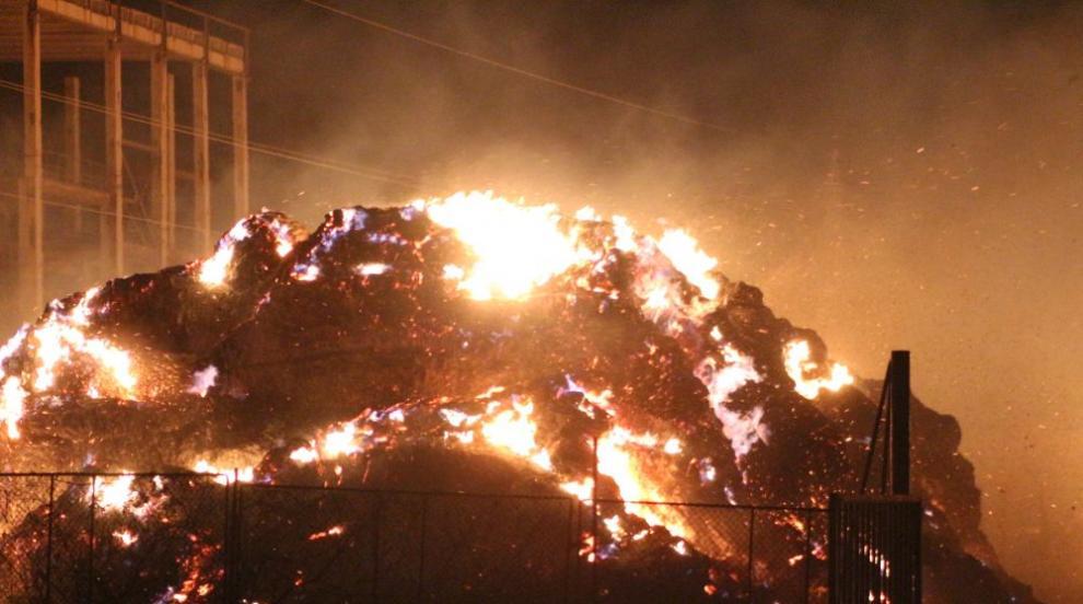Още няколко дни ще горят балите със слама, пламнали край ТЕЦ-Сливен
